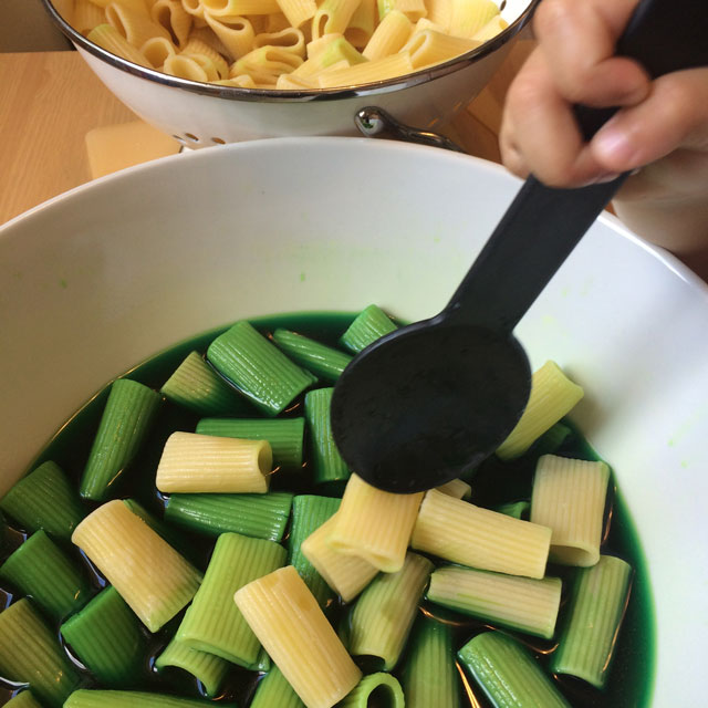 nudeln-farbe-kochen