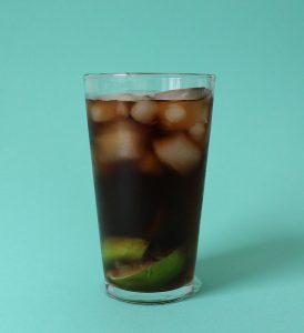 cuba libre brazil livre cocktail aus brasilien mit cola und limette
